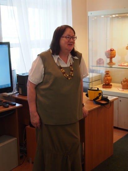 """Сотрудник музея """"Кижи""""  Елена  Филиппова познакомила с выставкой  «Я послал тебе берёсту…»"""