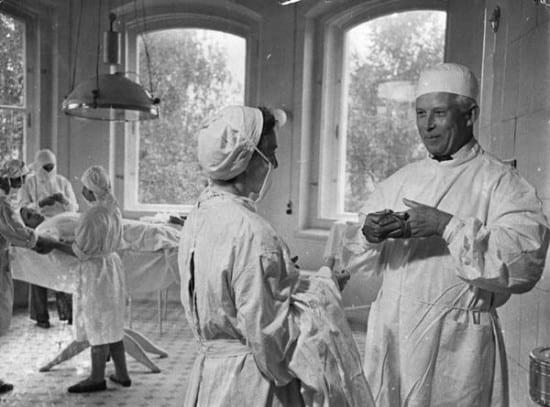 В операционной. Справа – В. Баранов