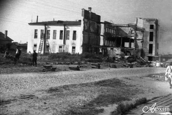 Здание Дома связи на улице Дзержинского, разрушенное в годы войны. Петрозаводск, 1945 год