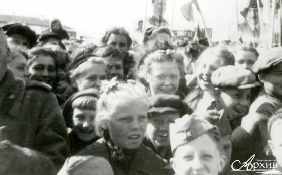 Жители города на митинге в День Победы на площади 25 Октября (ныне – пл. им. В.И. Ленина). Петрозаводск, 9 мая 1945 года