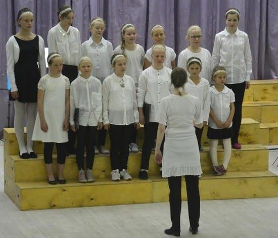 Поёт детский хор из Мо И Рана