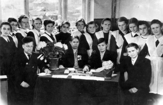 Экзамен на Аттестат зрелости в средней школе №8 г. Петрозаводска. За столом третья справа директор школы Александра Гавриловна Полякова. 1949 год