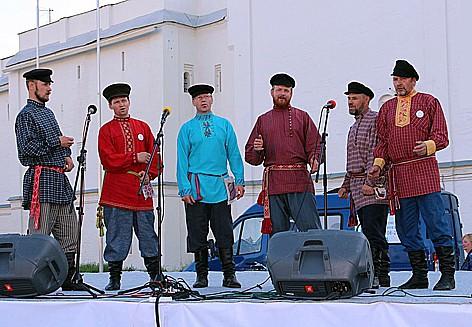 5-Участники культурной программы форума на  сцене, установленной на Соборной площади. Фото с сайта форума «Вологодский собор»