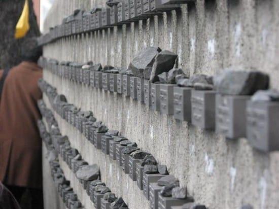 Каждый может по еврейской традиции положить камень на стене памяти невинно убиенных. Если он человек.
