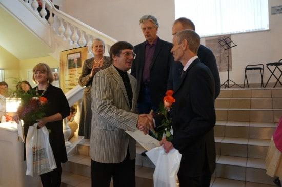 Председатель Союза художников Карелии Владимир Баландин поздравляет художников с выставкой