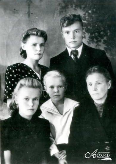 Д.Я. Гусаров с сестрами Евгенией, Надеждой, Ниной и матерью Анной Михайловной