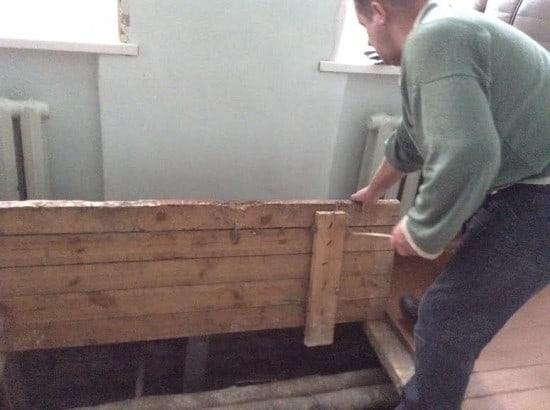 Виктор Грицкевич вскрывает пол на первом этаже