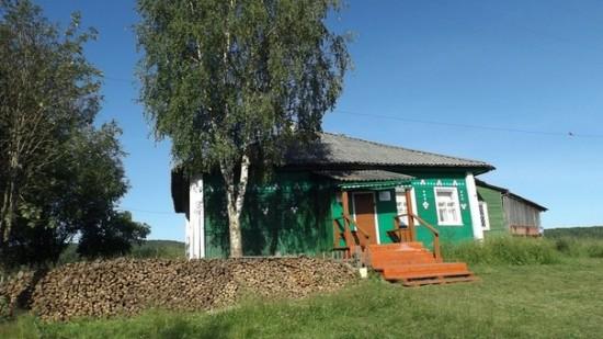 Клуб в деревне Фоймогуба. Рядом дрова, которых сейчас нет
