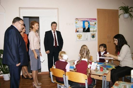 Вениамин Каганов (в центре) на уроке в Специализированной школе искусств Республики Карелия