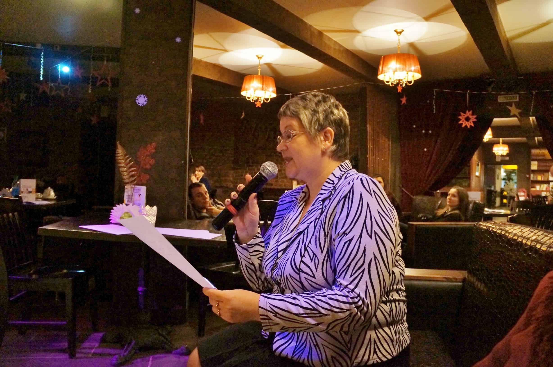 Наталья Лапина приняла вызов и прямо во время вечера сочинила и прочитала свой рассказ с ладонь