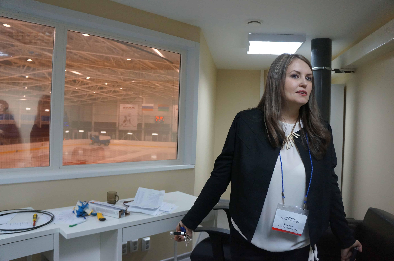 """Ольга Залецкая, директор """"Луми"""", показывает, где будет находиться звукорежиссер"""
