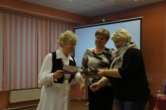 Елена Малышева и Елена Росенстанд вручают книжки волотеров
