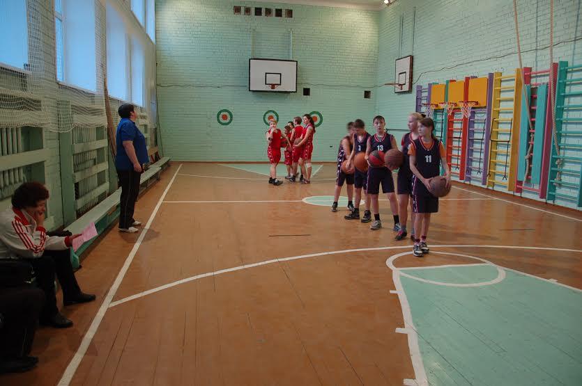 Восьмиклассники вместе с Т.В. Худяковой учились играть в баскетбол