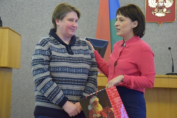 Галина Ширшина (справа) благодарит Елену Герчину за создание центра