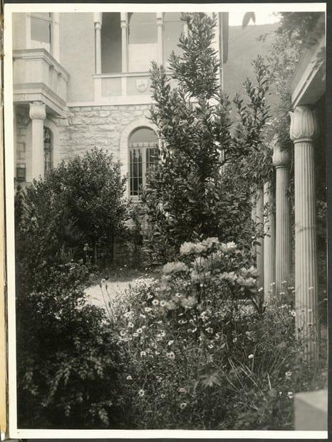 Сад и колоннада сохранились только на этих старых фото