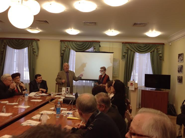 Благодарственное письмо Михаил Гольденберг вручает ведущей Радио Карелии Светлане Зааловой