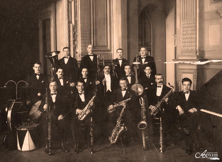 Джаз-банд под управлением Л.Я. Теплицкого (во 2-м ряду в центре).  Ленинград, 1927-1928 гг. Автор съемки не установлен