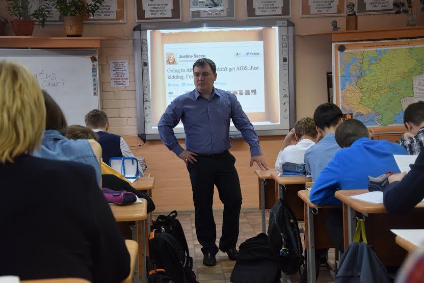 Преподаватель истории и обществознания Максим Иванов дал открытый урок в седьмом классе