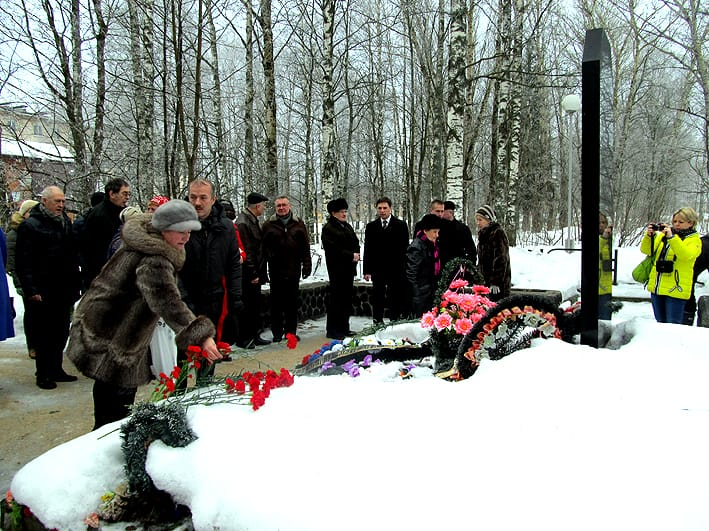 Возложение цветов к воинскому захоронению в Пряже