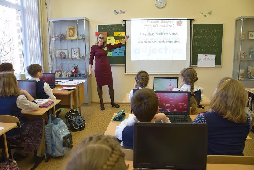 Урок английского ведет Ксения Владимировна Боброва из школы №27