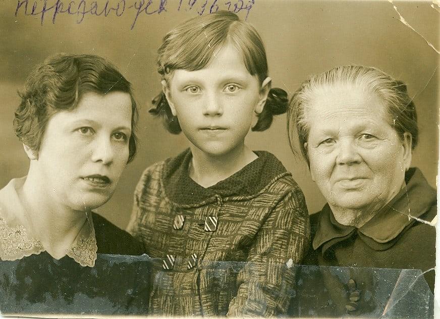 1936  год. Я на все лето  приехала  к  тете Поле, Полине Ивановне  Киселевской, и бабушке Груше,  Аграфене Федоровне  Рыбкиной,  в Петрозаводск. Родители с театром на гастролях