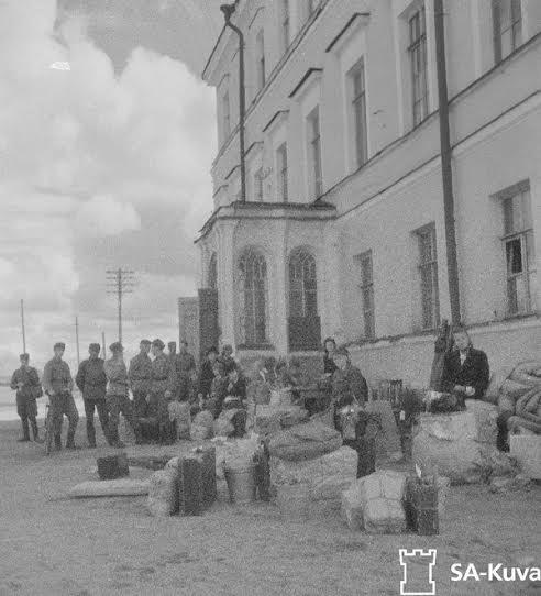 Тамбур главного входа в здание б. епархиального училища. Фото 1942 года