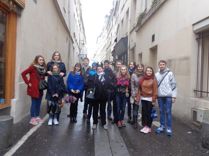 Ученики Городской школы художественного слова Детского театрального центра Петрозаводска показали в Париже новую программу