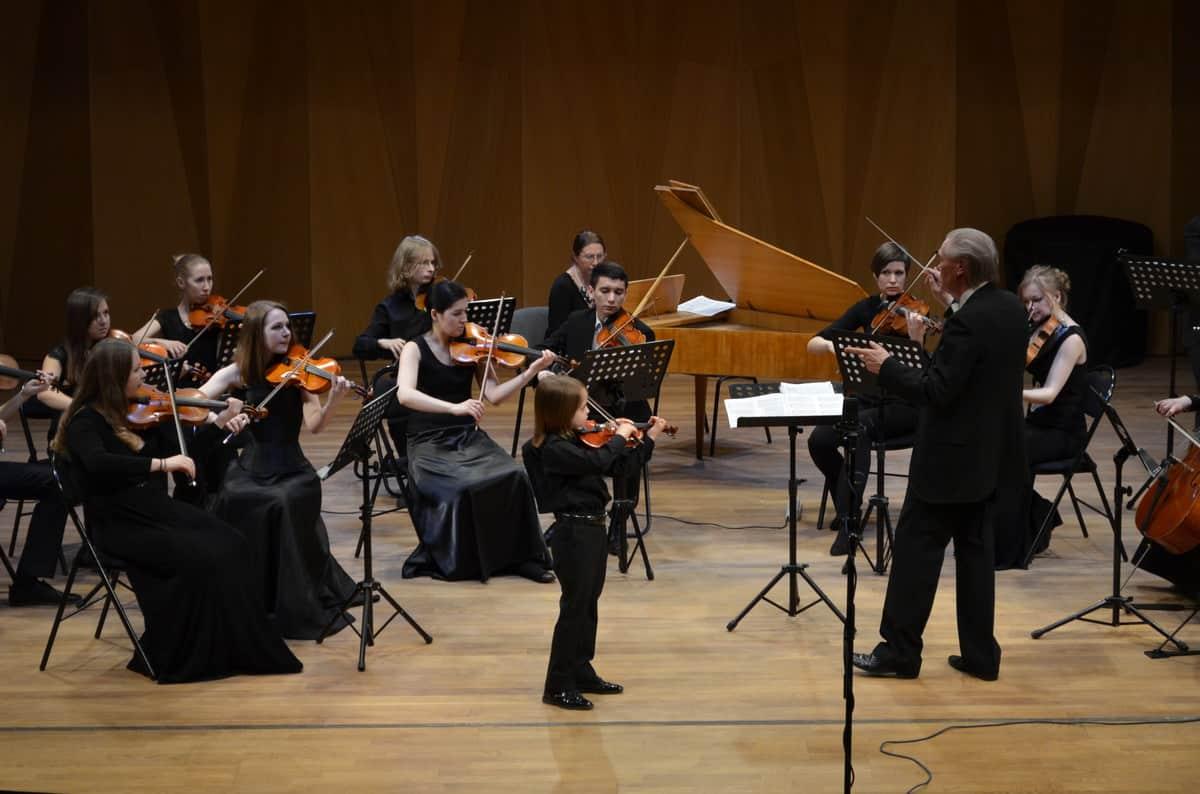 Лев Калацкий и оркестр Nord-West Studium во главе с Эдуардом Зондерегером. Фото Алексея Киндяка