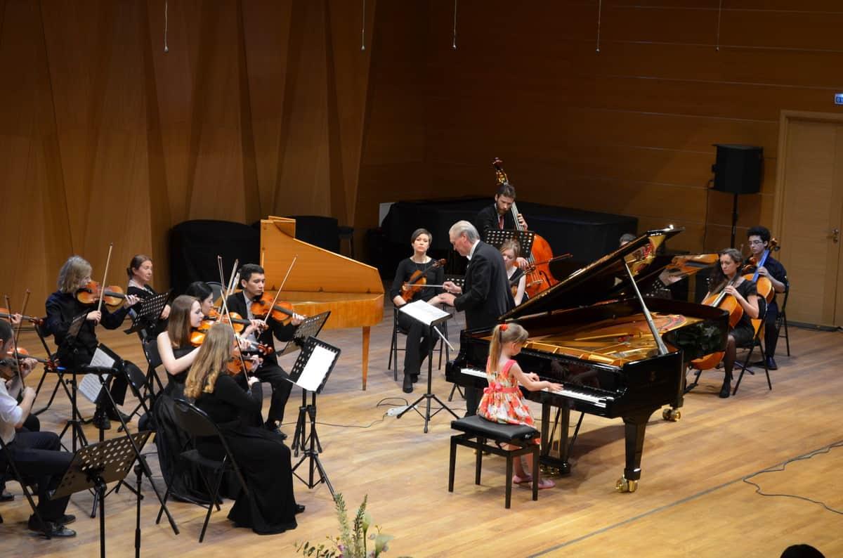 Маша Носырева и оркестр Nord-West Studium во главе с Эдуардом Зондерегером. Фото Алексея Киндяка