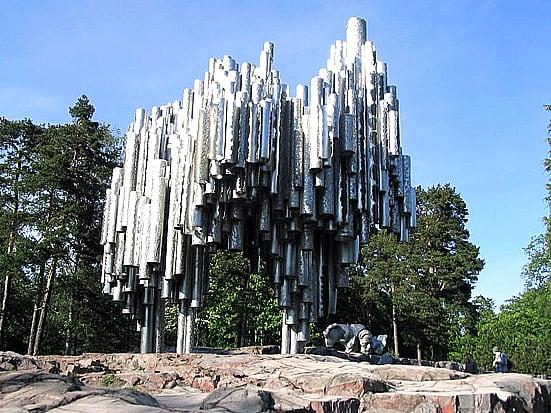 Самый известный  памятник Сибелиусу был открыт через 10 лет после его смерти в 1967 году в Хельсинки. Автор Эйла Хилтунен