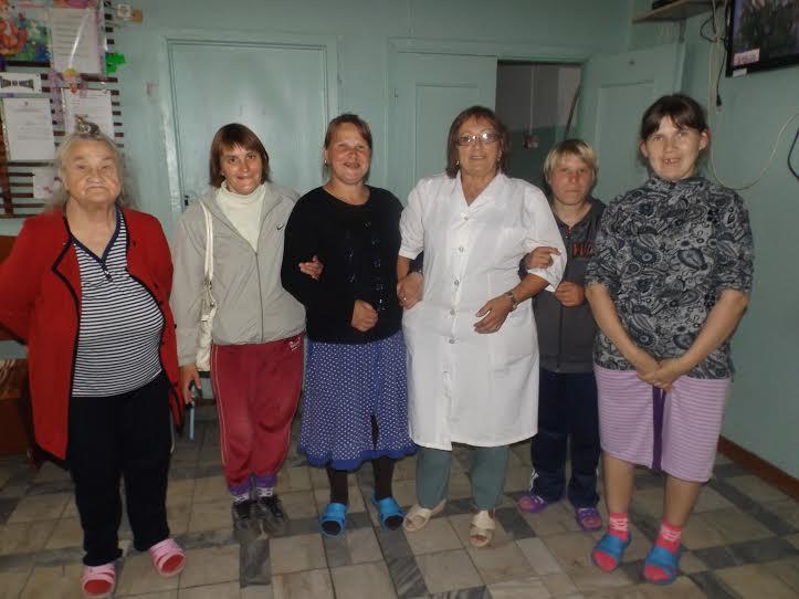 Старшая медсестра А.В.Вичурина с жителями интерната