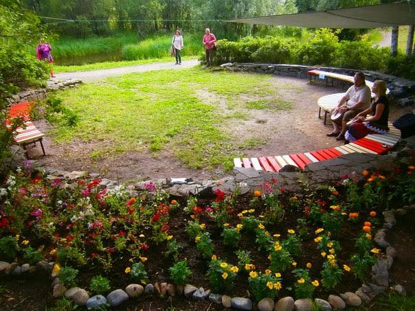 «Маленький бабушкин сад». Тиина Халлакорпи (Хельсинки).  «В каждой карельской деревне живут бабушки. Около их домов всегда красивые сады. И я фантазировала, что и в этом парке живёт бабушка, которая захотела украсить это место цветами»