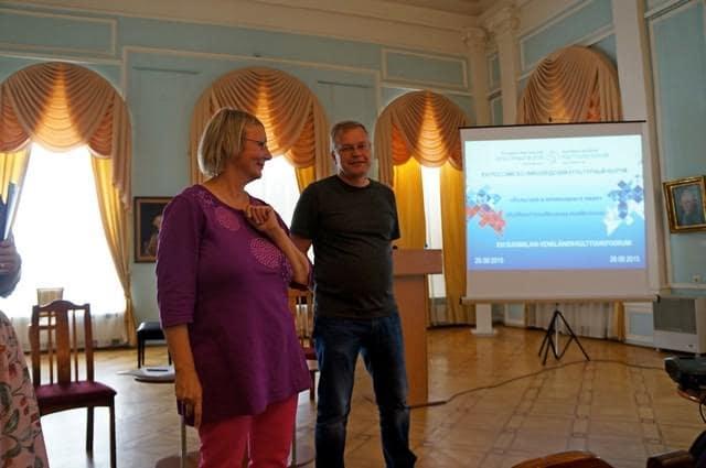 Тина Халлакорпи рассказывает об участии в нескольких проектах, а Кари Виртанен о проблемах с таможней при перевозе произведений искусства через границу