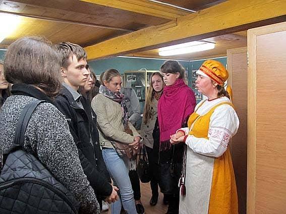 Заведующая Шелтозерским филиалом Национального музея Н.А. Анхимова знакомит студентов с экспозицией