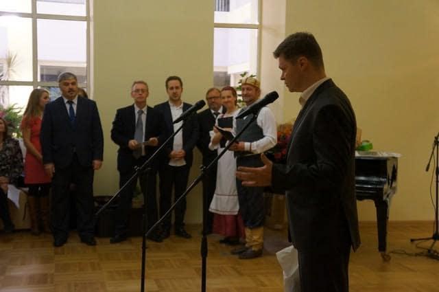 Коллег поздравляет председатель Союза журналистов Карелии Евгений Белянчиков