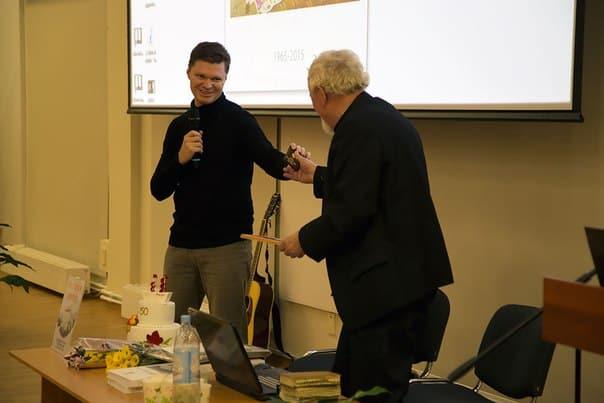 Председатель Союза журналистов Карелии Евгений Белянчиков вручил Евгению Давыдову новый журналистский билет