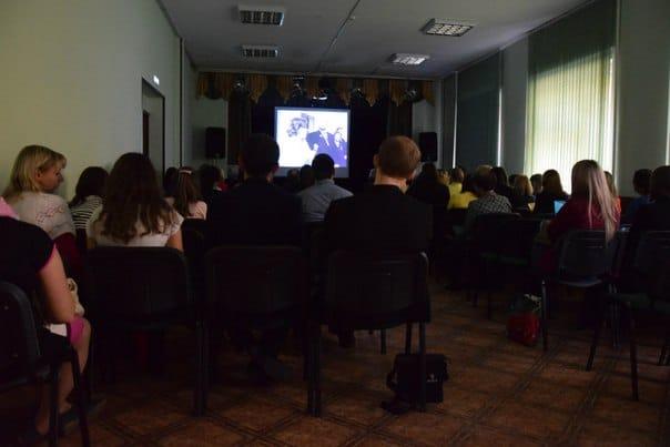 """Участники чтений смотрят фильм о Фрадкове """"Человек, обогнавший время"""""""