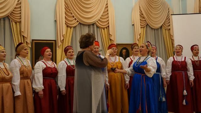 Центр национальных культур и народного творчества преподнес Наталье Вавиловой традиционную чарку