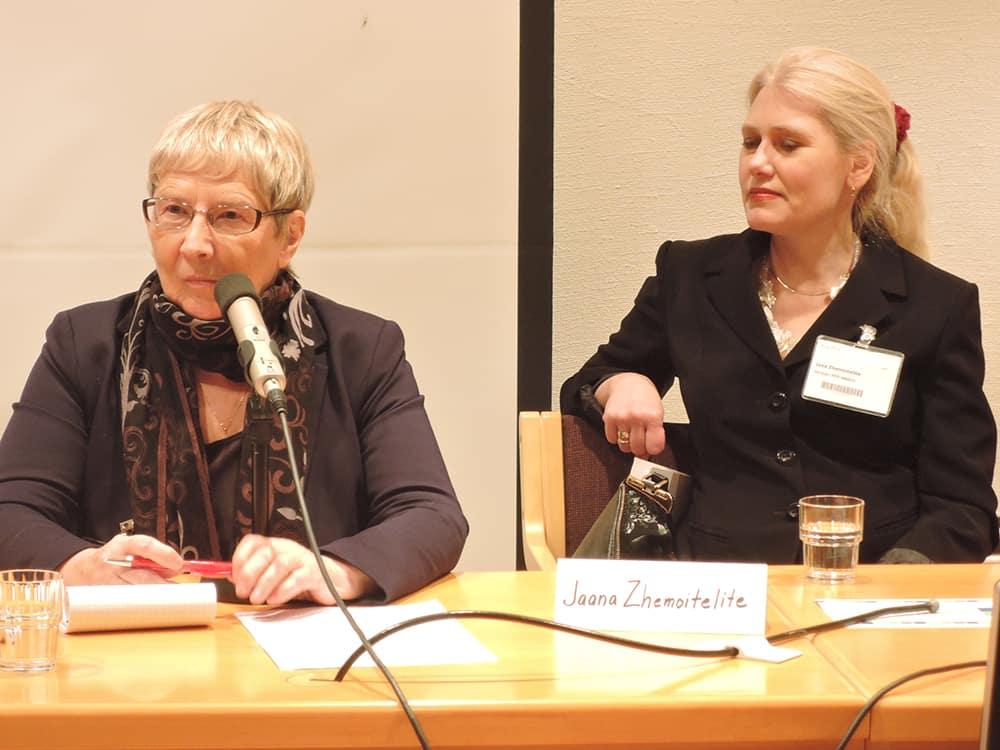 Яна Жемойтелите (справа) на XV Хельсинкская международной книжной ярмарке. Фото www.bookunion.ru