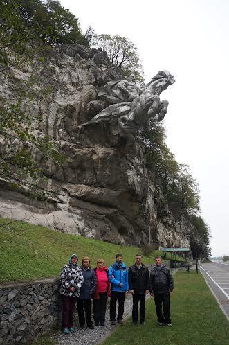 У монумента Уастырджи