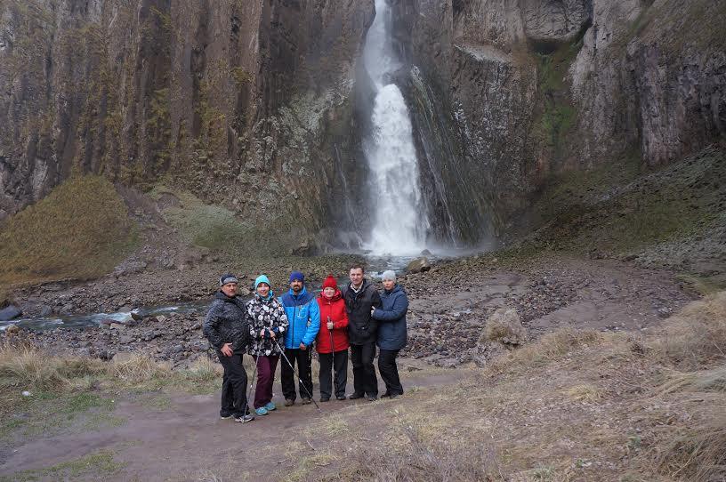 У водопада Кара-Кая