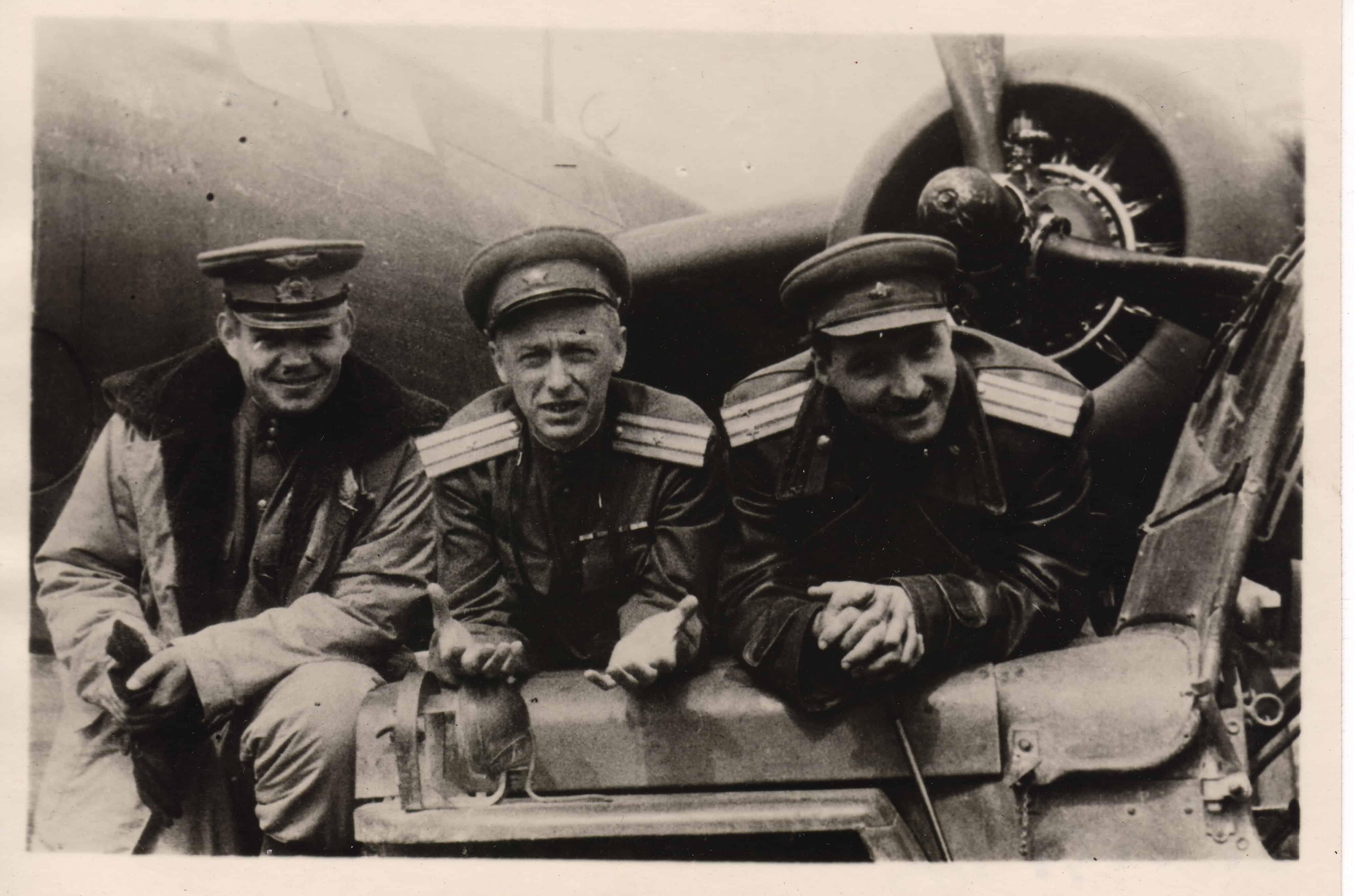 Константин Симонов и кинооператор Роман Кармен (в центре), 1942 год
