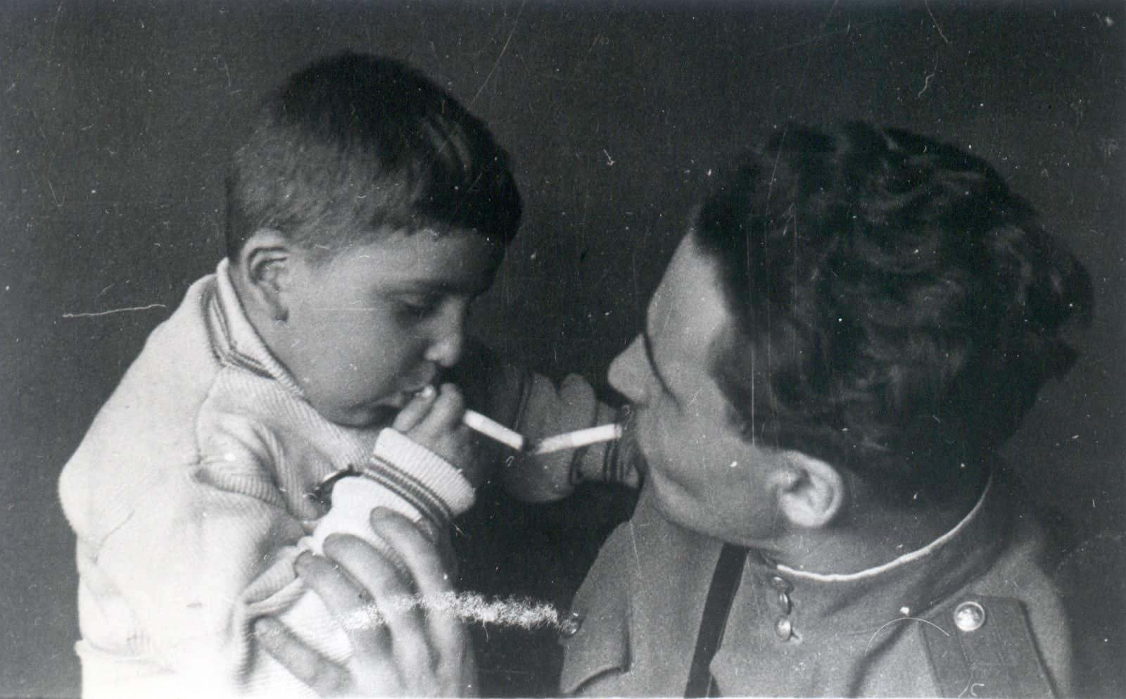 Константин Симонов и сын Алеша. 1944 год