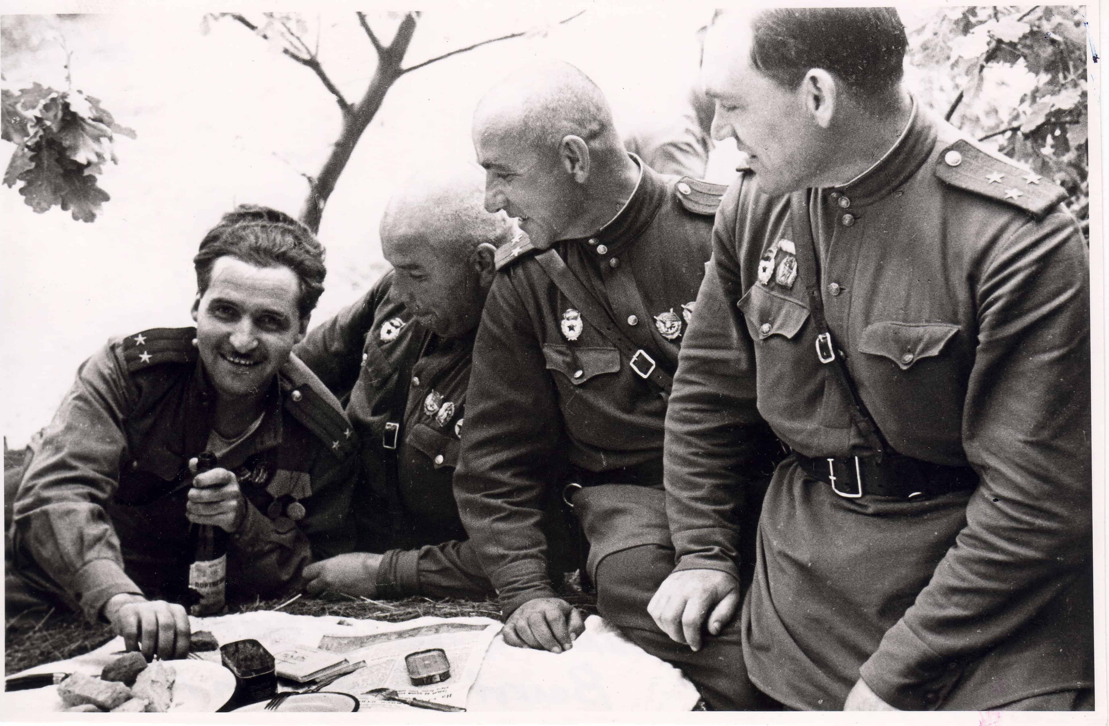 Константин Симонов в  гостях у гвардейцев