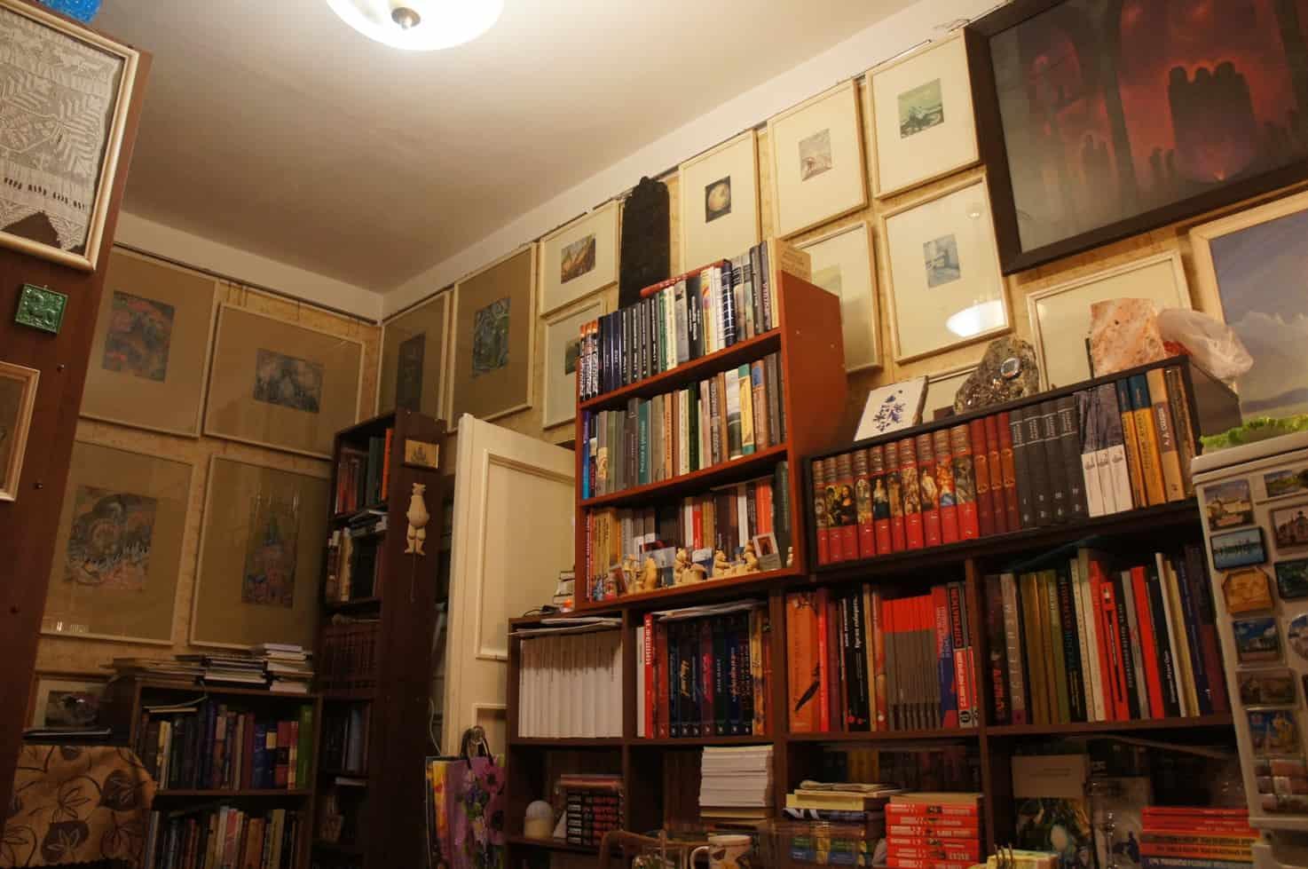 Квартира-музей Ю..Линника. Комната с картинами А. Сардана, С. Шиголева, Б. Смирнова-Русецкого