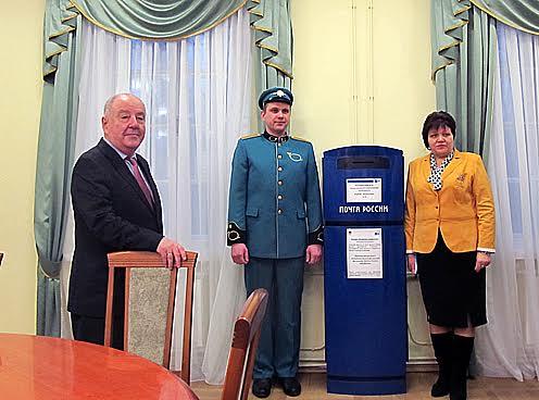 Почтовый ящик Почты России, который привезли в музей на вернисаж