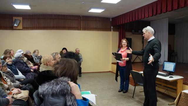 Открывает презентацию руководитель проекта, уважаемый в Мелиоративном Виктор Носевич и Наталья Петрушко, директор Дома культуры