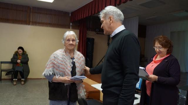 Книгу получает одна из старейших участниц проекта – 89-летняя Валентина Дмитриевна Усанова