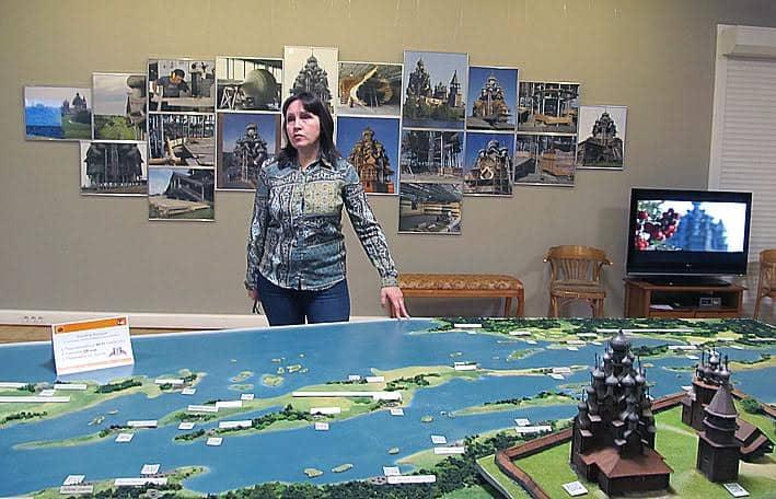 Ольга Титова знакомит журналистов с выставкой