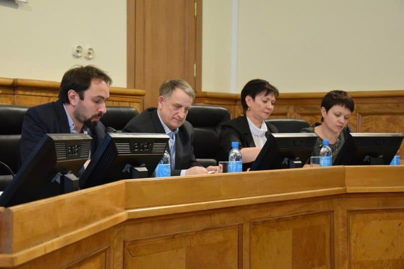 Заседание комитета вел Алексей Гаврилов (слева), не знавший даже о республиканском статусе школы